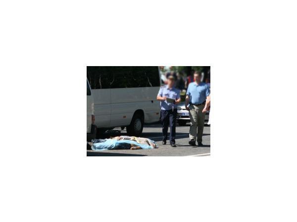 Таксист задавил двух уснувших на дороге в Ижевске пьяных грузчиков