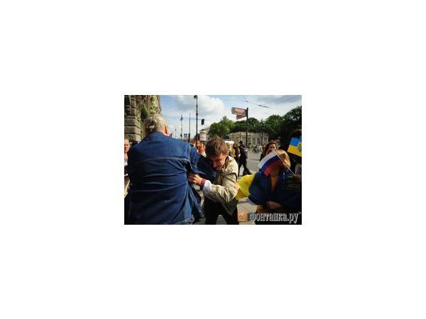 Акция «Демократического Петербурга» в поддержку независимости Украины завершилась массовыми потасовками