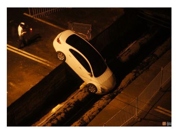 На Варшавской улице автомобиль проигнорировал предупреждающие знаки и упал в траншею
