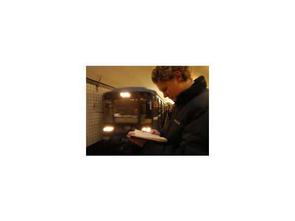 Мужчина бросился под прибывающий поезд в столичном метро