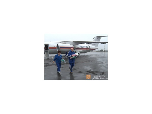 Борт МЧС доставил в Пулково двоих детей из Крыма