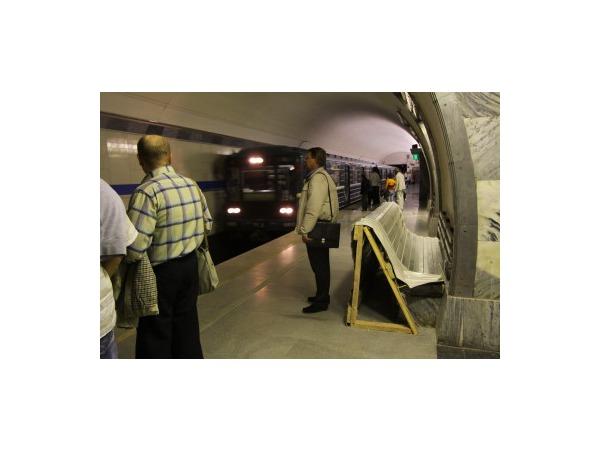 """Читатели: на """"Нарвской"""" человек попал под поезд,  движение приостановлено"""