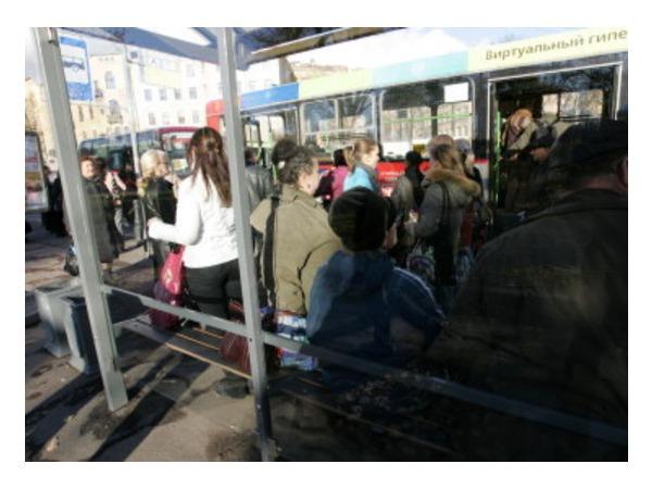 На Авиаконструкторов автомобиль врезался в остановку общественного транспорта