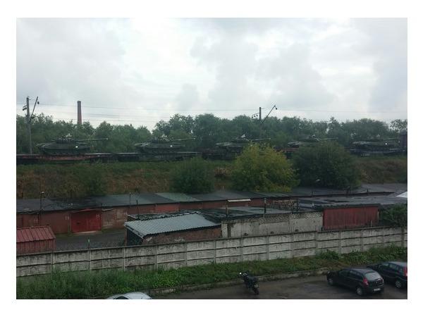 Читатели: В Петербурге на железной дороге стоят платформы с танками