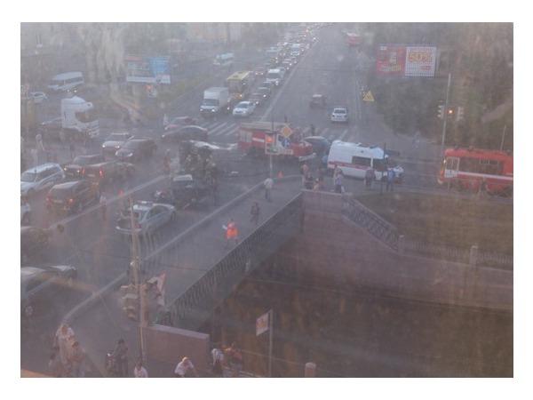 """На Петропавловском мосту полиция задержала участника ДТП со сбитым мотоциклом и перевернутой """"Газелью"""""""