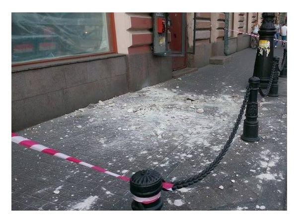 С дома Корзинина на Каменноостровском обрушился каменный подоконник