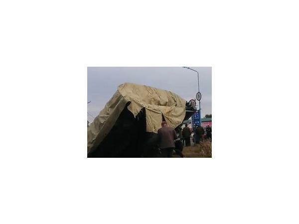 В Ленинском округе Омска с трейлера упал танк
