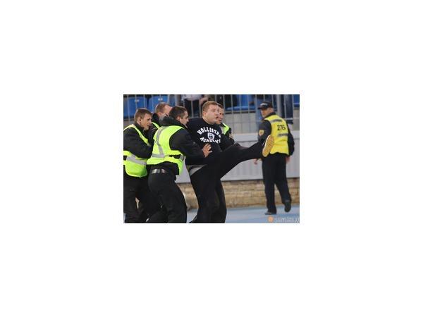 В ходе матча «Зенит»-«Динамо» на поле вновь пытался выбежать болельщик, но был задержан