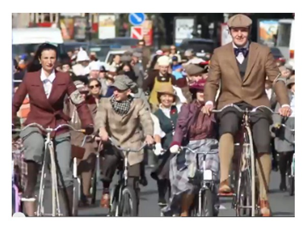 Три сотни поклонников Конан Дойля на велосипедах проехали по Петербургу