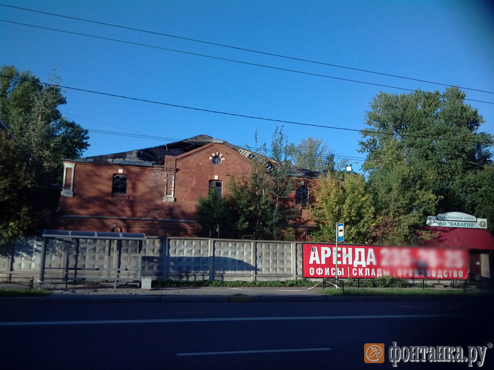 Разрушенные здания на территории завода
