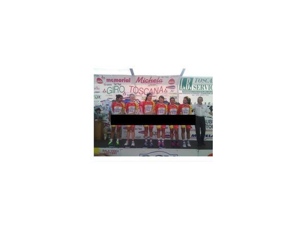 На фото с церемонии награждения женская сборная Колумбии по велоспорту предстала в новой форме, которая выходит за рамки всех приличий