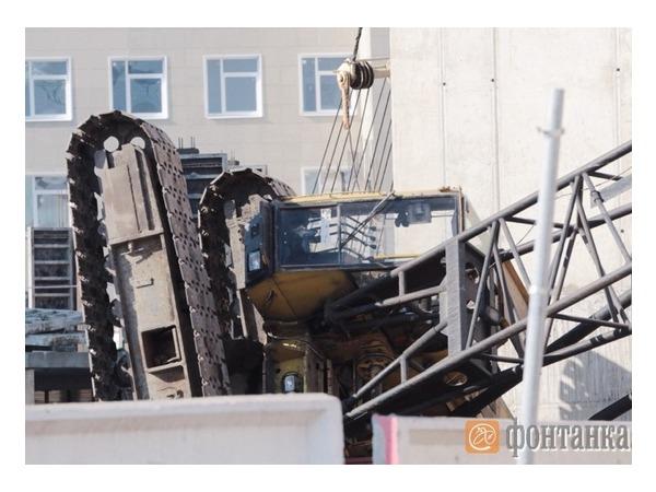 На улице Академика Павлова упал строительный кран