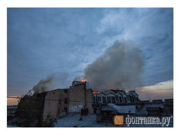 На Петроградке тушат пожар в расселенном доме