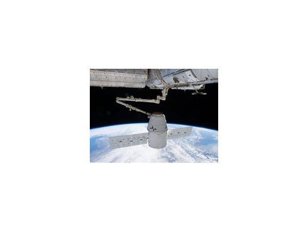 Грузовой космический корабль Dragon доставил на МКС продукты и оборудование