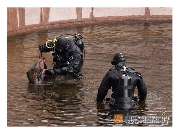 В Фонтанке водолазы ОМОНа нашли пистолет