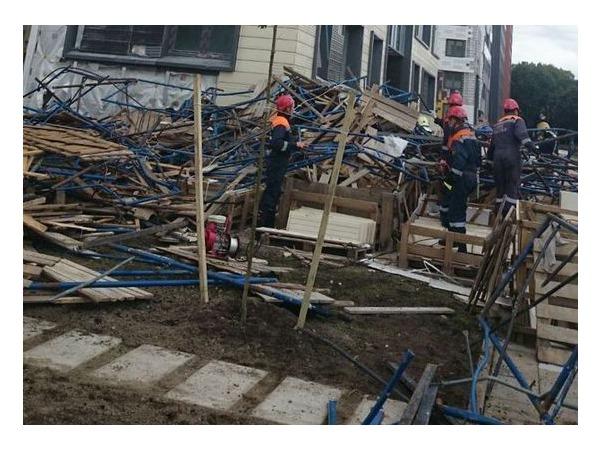 На Медиков рухнули строительные леса жилого дома, возможны жертвы