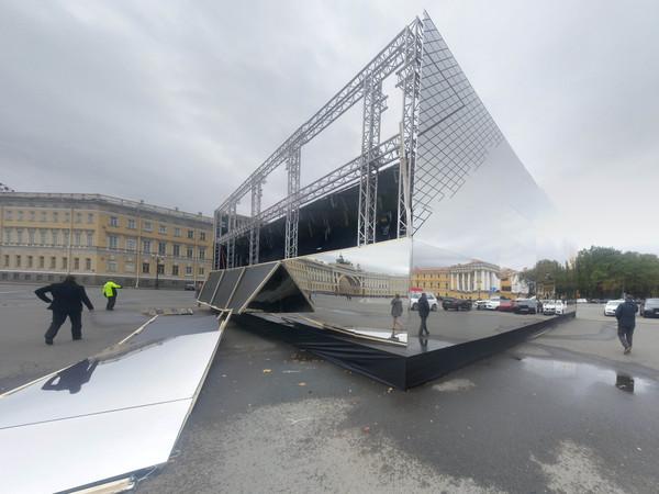 Зеркальный павильон на Дворцовой площади начал разрушать ветер