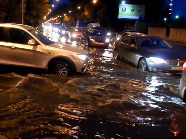 Очевидцы: Большой Сампсониевский затопило, стоят даже трамваи