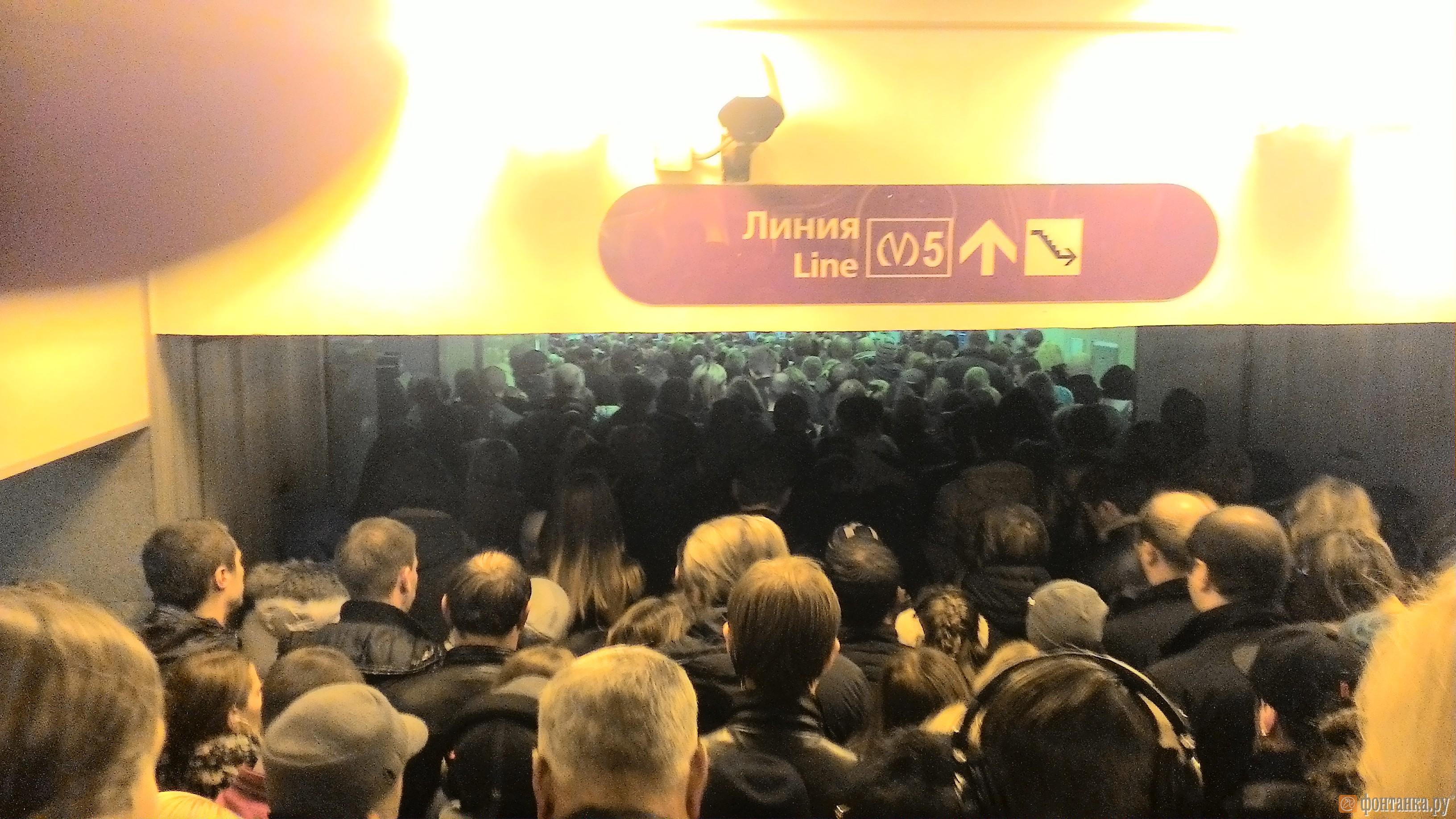 """Сегодня утром - на входе в вестибюль станции """"Комендантский проспект"""""""
