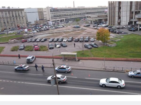 На остановке на Белоостровской нашли подозрительную коробку