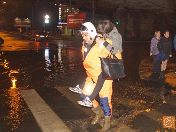 6 человек эвакуировали из заглохших автомобилей на затопленном Большом Сампсониевском