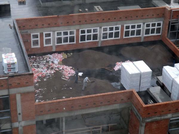 Новую школу на Композиторов  утепляют мусором