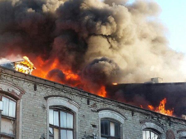 На бумажной фабрике в Красном Селе горит 100 квадратных метров кровли