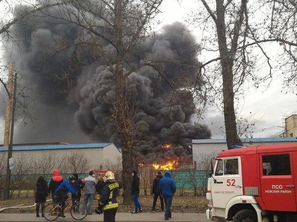 На Коммуны горит склад завода «Пластполимер»