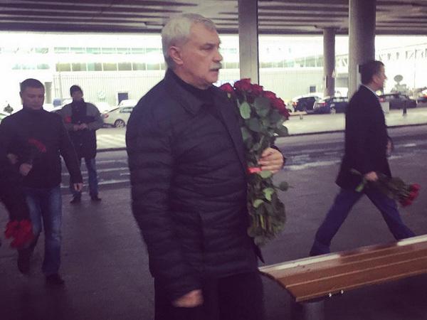 Георгий Полтавченко возложил цветы к стихийному мемориалу в Пулково