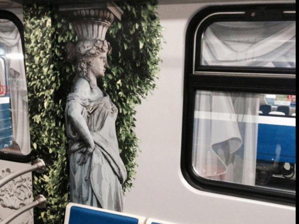 «Юбилейный» поезд метро украсили рисунками от пола до потолка