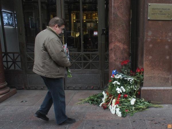 К консульству Франции в Петербурге принесли цветы