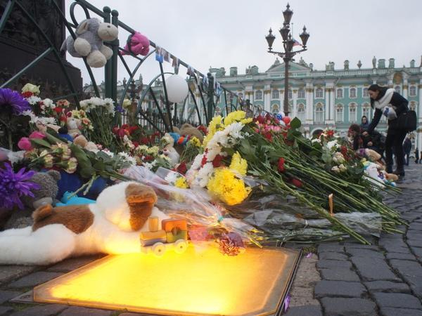 Цветы, игрушки, свечи - Петербург скорбит о погибших в авиакатастрофе