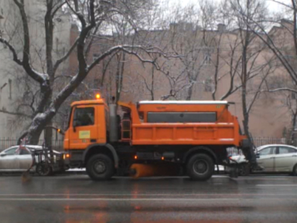 Суворовский проспект самосвал убирал «резиновым скребком»