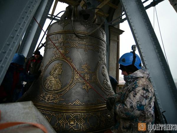 На Исаакиевский собор подняли главный колокол