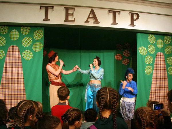 Звезды мюзикла «Аладдин» подарили детям праздник