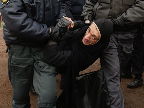 Акционист Павленский задержан за поджог здания ФСБ на Лубянке