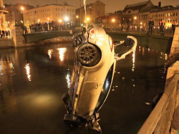 На Большой Морской автомобиль упал в Мойку
