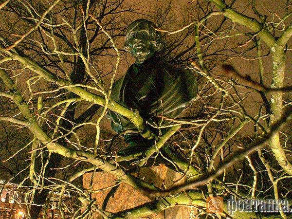 В Александровском саду дерево упало на бюст Гоголя