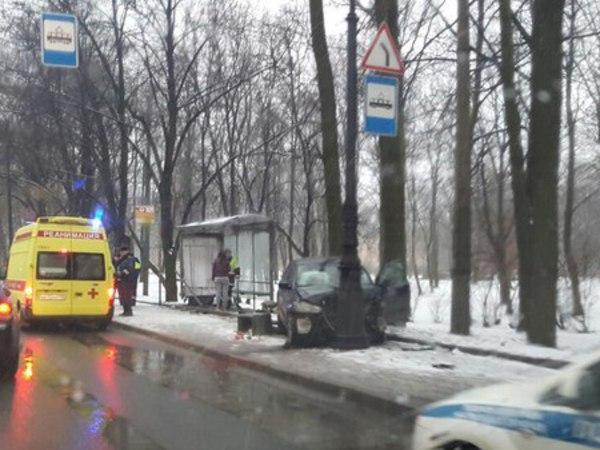 На Каменноостровском автомобиль снёс остановку