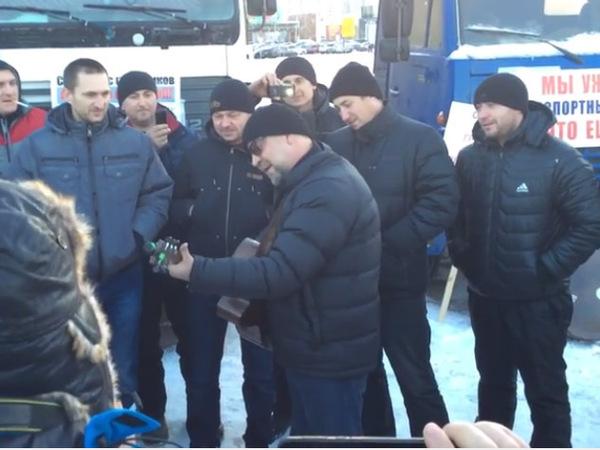 Юрий Шевчук спел в лагере бастующих дальнобойщиков в Химках