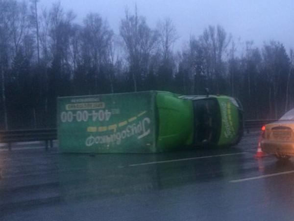 На КАД грузовик упал набок. Растут пробки