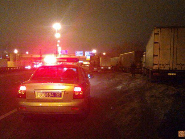 Северную колонну протестующих фур в Зеленограде машины ДПС выдавили с точки построения