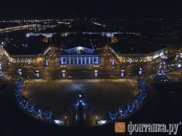 Как выглядит новогодний Петербург, если ночью взлететь над Невским