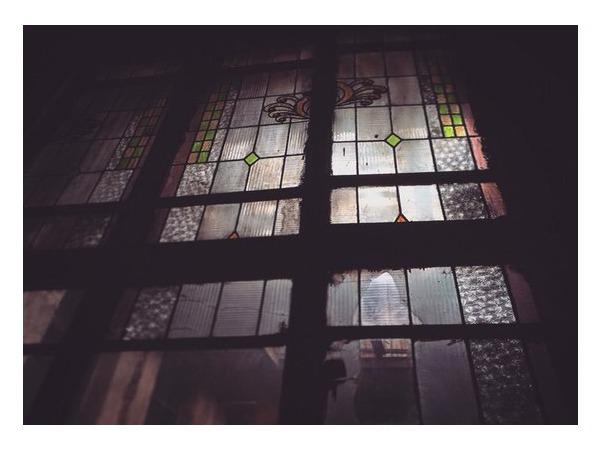 Градозащитники: В доме на Большом проспекте П.С. выламывают старинные витражи