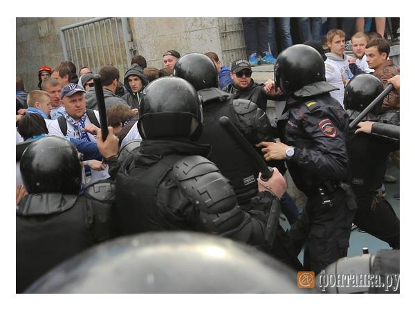 """После матча между фанатами """"Зенита"""" и полицией произошла потасовка"""