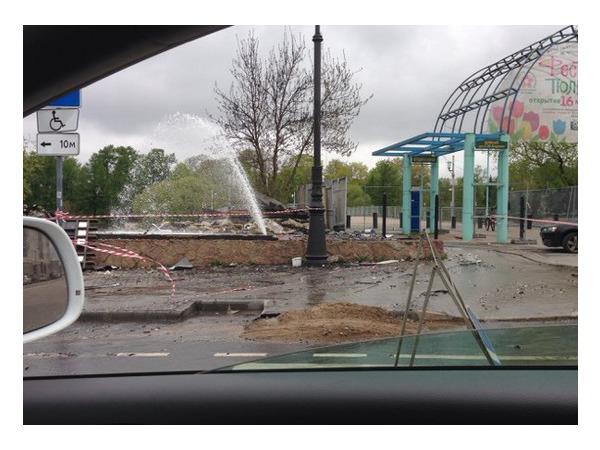 На месте снесенного ресторана на Елагином острове из поврежденной трубы забил фонтан