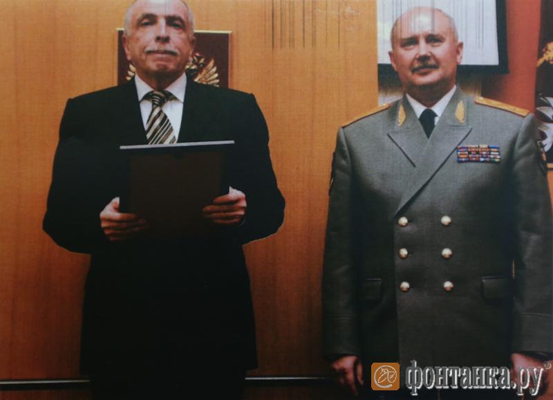 11 июля 2011, Клебанов вручает Быкову почетную грамоту от Полномочного представителя