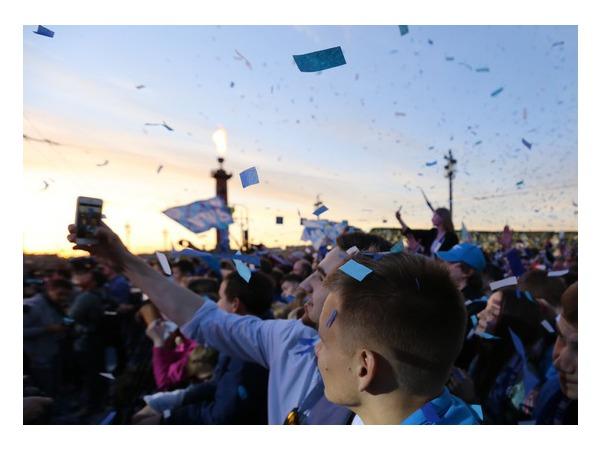 В честь «Зенита» на стрелке Васильевского острова зажгли Ростральные колонны