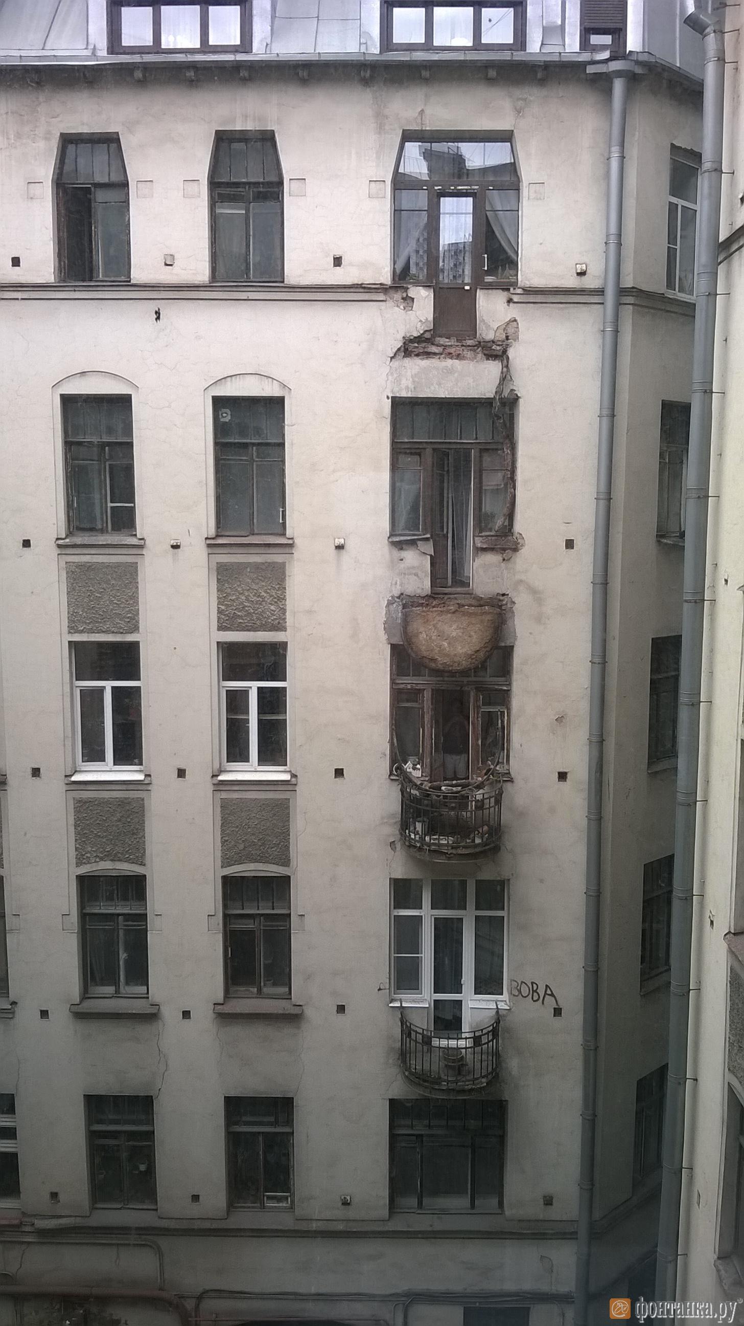 В доме на Лиговском обрушились два балкона (Иллюстрация 1 из 3) (Фото: читатель