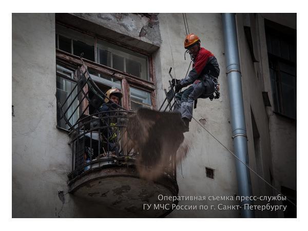 Спасатели участвовали в ликвидации последствий обрушения балкона на Лиговском (фото)